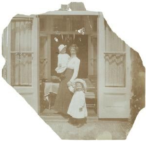 Portret van Laurence Emilie (Kiek) Dutilh (1885-1962), Laurence Julie van Haer (1909-1990) en Frederik Wijnand (Frits) van der Haer (1911-2001)