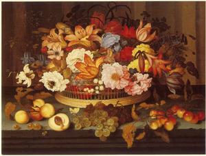 Bloemen in een mand op een stenen richel met daarvoor perziken, druiven en kersen