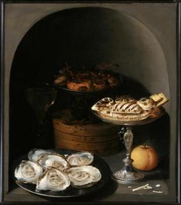 Stilleven met oesters, suikerwerk en geconfijt fruit in een nis