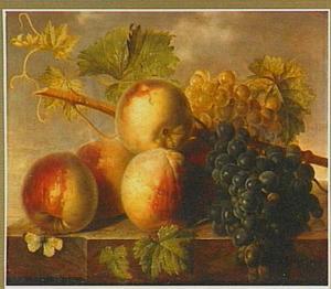 Perziken en druiven op een marmeren tafel
