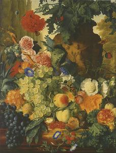 Stilleven van vruchten en bloemen voor een tuinvaas met een slaapbol en een rij cipressen