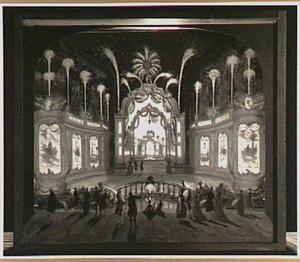 Toeschouwers bij een vuurwerk-spektakel, zichtbaar boven een coulissen-achtige opstelling