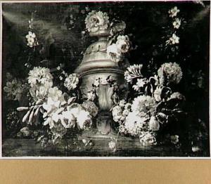 Bloemen rond een ornamentale vaas