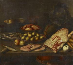 Stilleven met vis, vlees en vruchten op een tafel