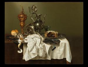 Stilleven met pastei, berkemeier, tazza, vergulde zilveren beker, zilveren schenkkan, citroen en hazelnoten op een tinnen bord