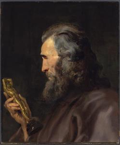 Studiekop van een baardige man met een beeldje in de hand