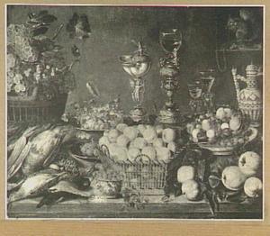 Stilleven met gevogelte, vruchten, siervaatwerk en rechtsboven een eekhoorn