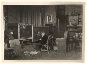 Jozef Israels in zijn atelier, werkend aan het schilderij 'Moeder bij de wieg'
