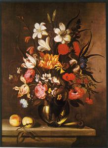 Bloemen in een glazen vaas, met twee perziken en een hagedis, op een stenen plint