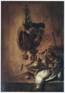 Stilleven met hangend en liggend gevogelte en een schaal met peren