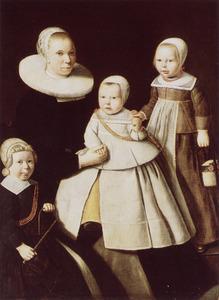Familieportret van een vrouw met haar twee zoons en dochter