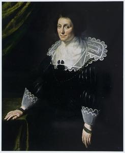 Portret van een vrouw, staande naast een tafel