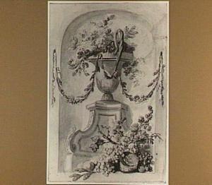 Vaas met bloemen op een sokkel en vruchten in een nis