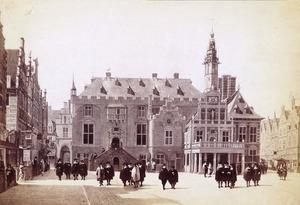 Gezicht op het stadhuis en de Grote Markt in Haarlem