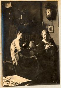 Atelier van Ans van den Berg (1873-1942), Amsterdam april 1919 met Ans van den Berg en Coba Surie