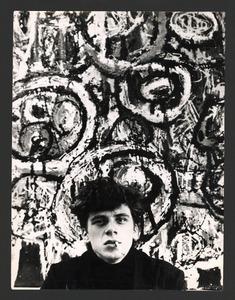 De schilder Jan Cremer voor het schilderij 'Zonnekrater'