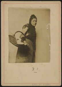 Portret van een vrouw met mand