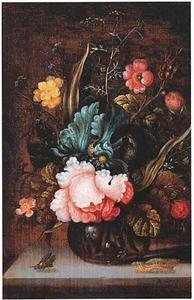 Bloemen in een glazen vaas met een vlieg en een rups