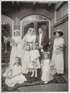 Portret van Jan Rudolf Bos (1886-1954), Maria Mees (1892-1976) en bruidsmeisjes