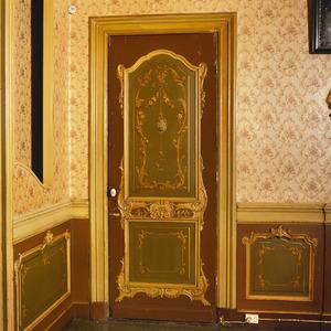 Beschilderde deur met ornamenten en bloemslingers