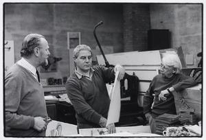 Lucebert in zijn atelier met C.A. Groenendijk en Willem Sandberg