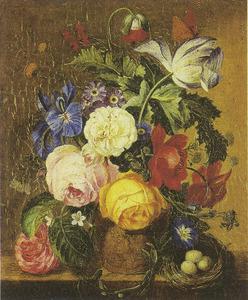 Bloermstilleven in een terracotta vaas, versierd met putti en een vogelnest op een marmeren blad