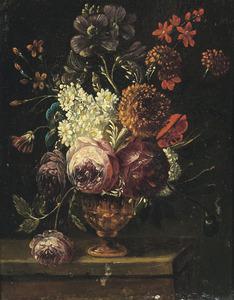 Bloemen in een koperen vaas op een plint