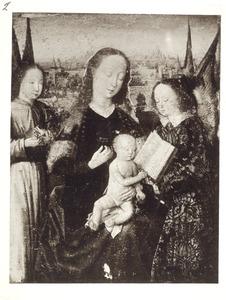Marie met kind bladerend in een boek met twee engelen in een landschap