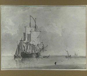 Oorlogsschip voor anker en zeilschepen voor een kust