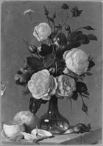 Bloemen in een glazen vaas, met een citroen, een broodje en een slak