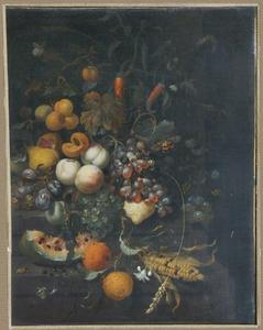 Schikking van vruchten en een maiskolf op een stenen plint