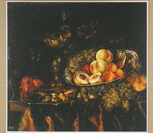 Stilleven van vruchten in een Wan Li-schaal en diverse pronkvoorwerpen