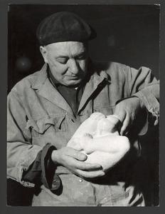De beeldhouwer Fred Carasso met een beeld