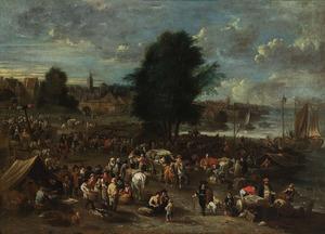 Gezicht op een markt aan de oever van een rivier, een stad in de achtergrond