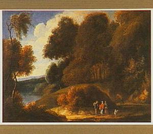 Boslandschap met drie wandelaars en een hond op een zandweg bij een meer