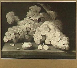 Stilleven van druiven en een walnoot