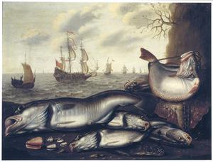 Vissen en schelpen op de kust met schepen op zee in de achtergrond