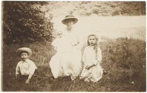 Portret van Laurence Julie van Haer (1909-1990), Frederik Wijnand (Frits) van der Haer (1911-2001), Bonifacius (Bon) van der Haer (1915-2003) en een onbekende vrouw