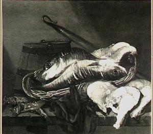 Stilleven met vissen in mand een houten emmer, (enter-)haak en moten vis op tafel