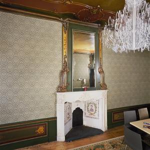 Kamer met 18de-eeuwse wand- en plafondafwerking in rococostijl en geschilderde decoraties uit het laatste kwart van de 19de eeuw