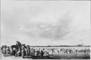 Wintergezicht met schaatsers op een bevroren plas, aan de horizon een stad