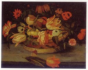 Rozen, tulpen en ander bloemen in een mand op een plint