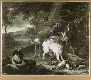 Drie honden bewaken jachtbuit met haas en gevogelte; links in de achtergrond jagers