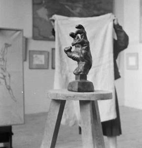 Het atelier van Antoine Bourdelle met een brons van een hand, mogelijk een studie voor de hand van Ludwig von Beethoven