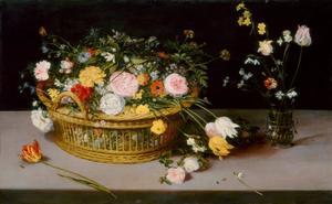 Bloemen in een mand en vaas