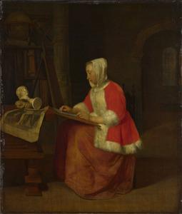 Zittende jonge vrouw tekenend in een atelier