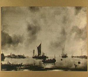 Kalm water met in de voorgrond een sloep en links een ommuurde havenstad