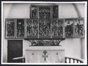 De gevangenneming van Christus, de bespotting van Christus (binnenzijde linkerluik); Kajafas scheurt Christus' kleren (binnenzijde linker bovenluik); Ecce Homo, de kruisdraging, de kruisiging, de kruisafneming, de graflegging (middendeel); Christus in limbo (binnenzijde rechter bovenluik); De verrijzenis, Christus' Hemelvaart (binnenzijde rechterluik)