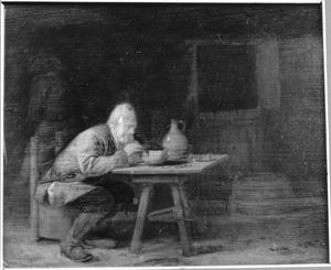 Een oude boer, rokend in een herberginterieur