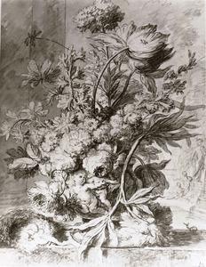 Bloemstilleven in een terracotta vaas, voor twee zuilen en een parklandschap met een standbeeld van venus